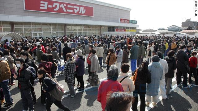 Người Nhật xếp hàng mua đồ 3 ngày sau thảm họa kép 11-3-2011