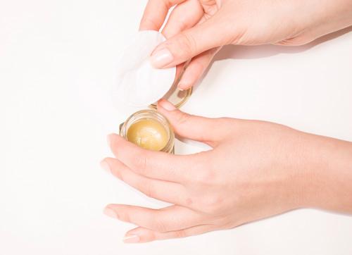 Bước 5: Mỗi ngày mẹ hãy dùng hỗn hợp này để thoa lên vùng da bị rạn. Chắc chắn làn da sẽ sớm được cải thiện đáng kể.