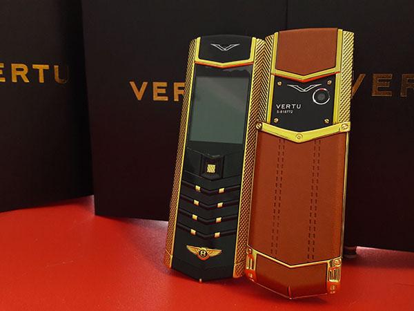 Điện thoại vertu benty k9 có những thiết kế độc đáo mà nhiều dòng điện thoại khác không có như viền gân vàng, phím hiện khi sáng đèn