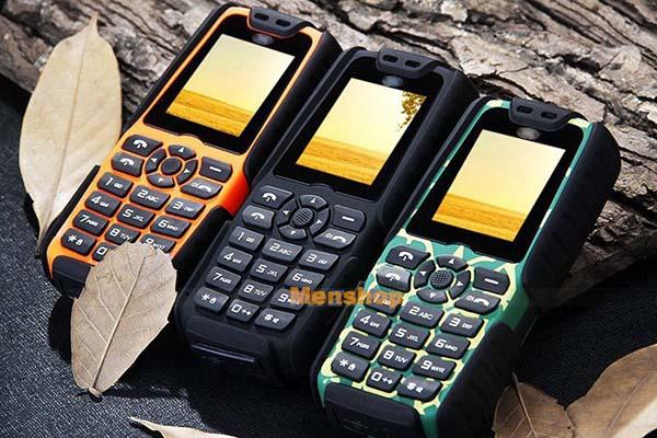 Điện thoại land rover a8+ có ba màu chính: phía trái là chiếc điện thoại land rover a8+ màu cam, ở giữa là chiếc điện thoại land rover a8 màu đen và cuối cùng là màu xanh rằn ri quân đội